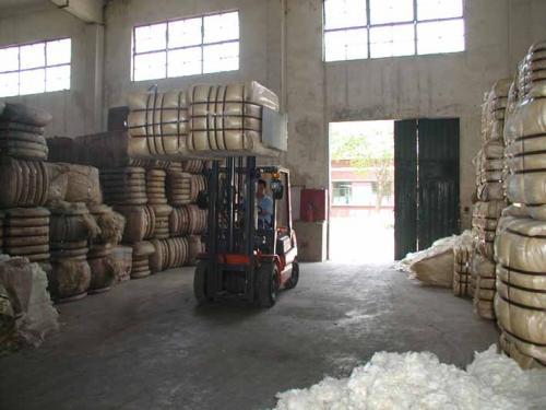 大包夹钳处理棉花