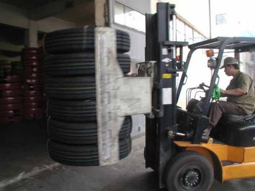 轮胎夹具与叉车